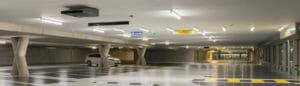 Blik in parkeergarage met stuwventilator aan plafond