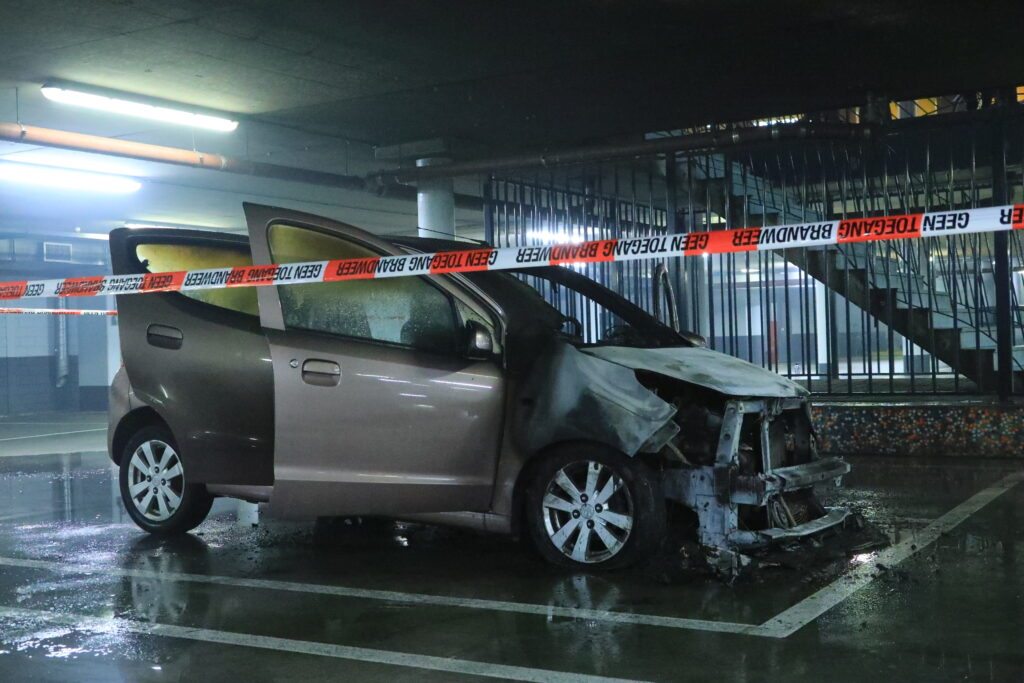 Auto brandt uit in parkeergarage Deventer